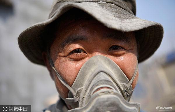 日照男子每年徒手卸6000吨水泥 养育2对双胞胎儿女