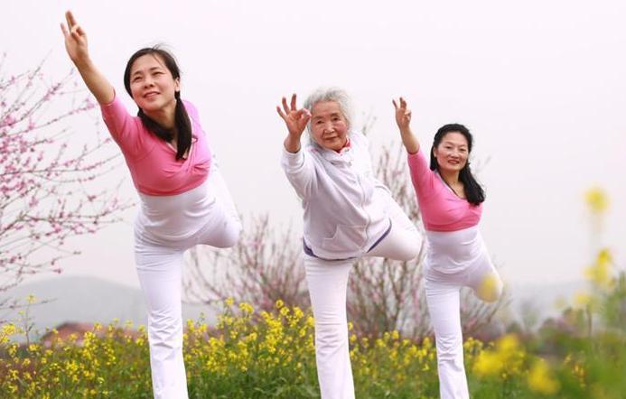 75岁老太练习瑜伽14年 创老年瑜伽班