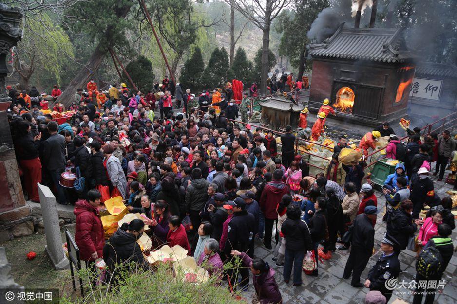 """2017年3月30日(农历三月初三),山东泰山传统盛会""""王母蟠桃会""""在泰山王母池隆重举行。"""