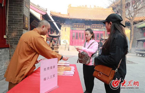 济南兴国禅寺谢绝自带上香物品 赠游客3炷免费香