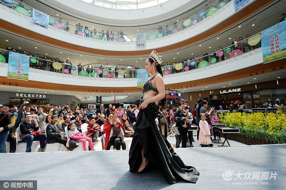4月2日,山东省泰安市,一商场举办泰国风情展示秀,邀请来5名异装爱好者,他们都是身高在175-180厘米留着披肩长发的壮小伙子。