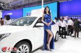 4月6日,为期4天的2017年齐鲁春季车展拉开帷幕,本次展会上的靓丽车模出现了很多新面孔,豪车美女尽收眼底。图为长安福特汽车展位的车模。(亓翔 摄)_副本.jpg