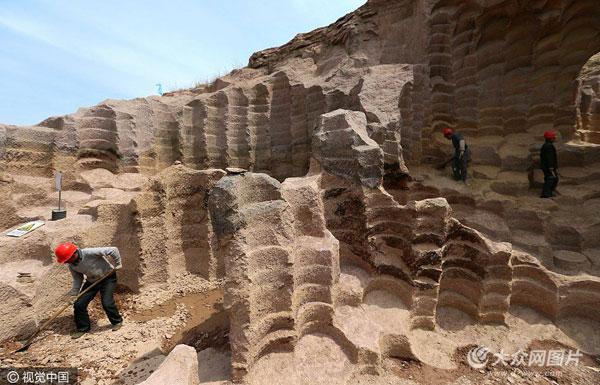山东即墨现600年石磨坑 凿痕景象蔚为壮观