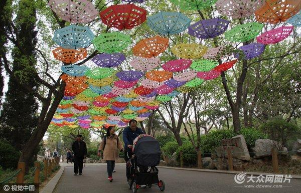 """泉城公园近千把""""七彩雨伞"""" 绚丽多彩吸引游客"""