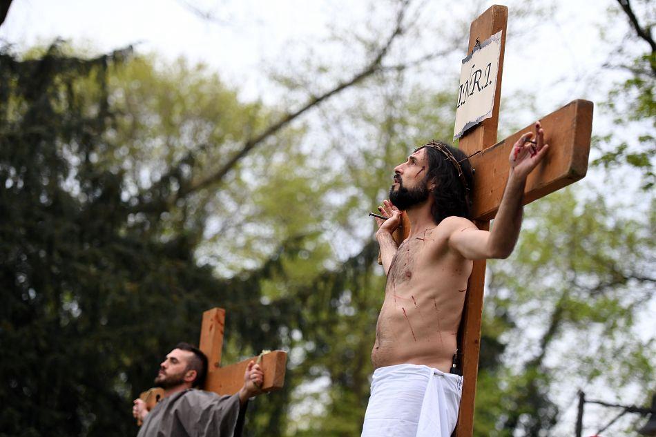 德国民众重现耶稣受难场景 纪念耶稣受难日