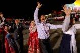 当地时间2017年4月15日,朝鲜平壤,民众参加大规模群舞纪念前国家领导人金日成诞辰105周年。
