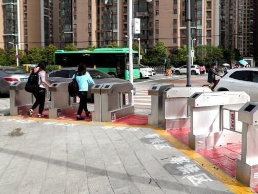 武汉一路口设立人行道闸机 红灯关绿灯开