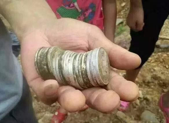 江西一村庄现大量银元 五六百人疯狂挖宝