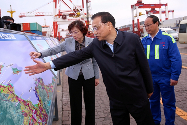 李克强考察威海港:既要扩大出口,又要加大进口