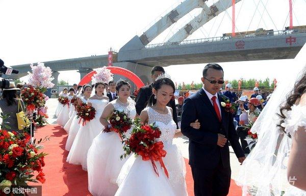 16对新人在济青高铁工地举办集体婚礼