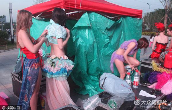 滨州:洋模当街换衣遭围观 劝市民别拍照