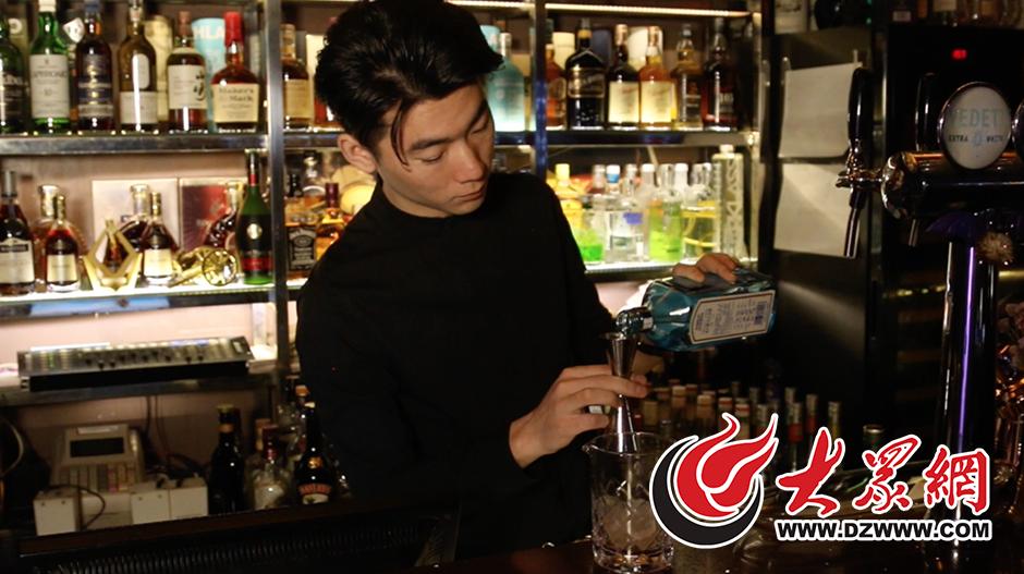 1调酒师叶鹏正在调制鸡尾酒.png