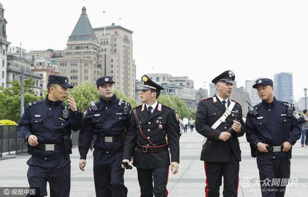 意大利警察亮相外滩 与上海民警联合巡逻