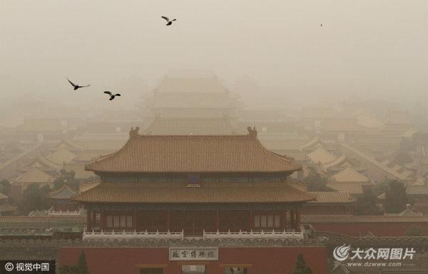 北京发布沙尘蓝色预警 城区遭沙尘笼罩