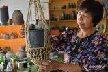 55岁的蔡世连是一名普通的农家女。2015年冬天,她在日照市莒县夏庄镇赵家孟堰村,筹资50余万元建起了3座窑炉,用泥巴烧制黑陶。目前其陶艺作品远销瑞典、英国、美国、韩国和澳大利亚等国家,年销售额达60余万元。
