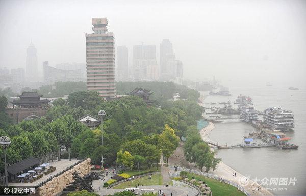 武汉:沙尘南下袭江城