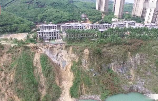 连遭两次塌方后 200万别墅门前成悬崖