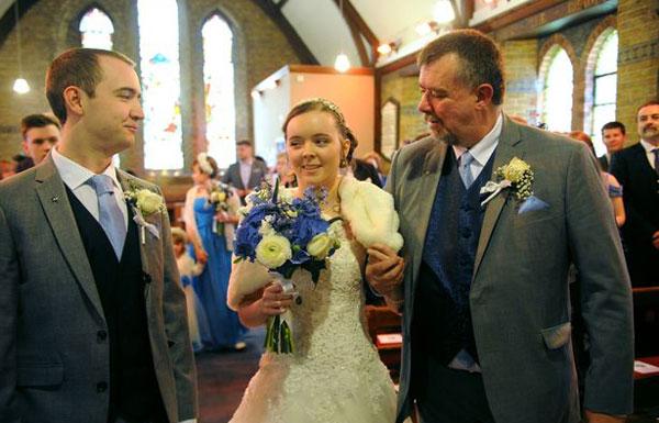 女孩因病瘫痪10年 婚礼当天走下轮椅