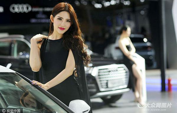 青岛国际车展启幕 靓丽模特吸睛