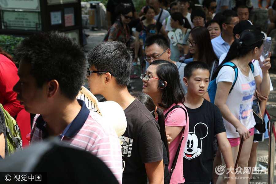 2017年8月4日,济南,在趵突泉景区内,泉水直饮点杜康泉附近的泉水直饮点,吸引不少游客排成长龙等待取泉水品尝泉水的甘甜。