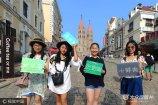 2017年8月6日,几名来自陕西的大学生在青岛市百年教堂前拍照。