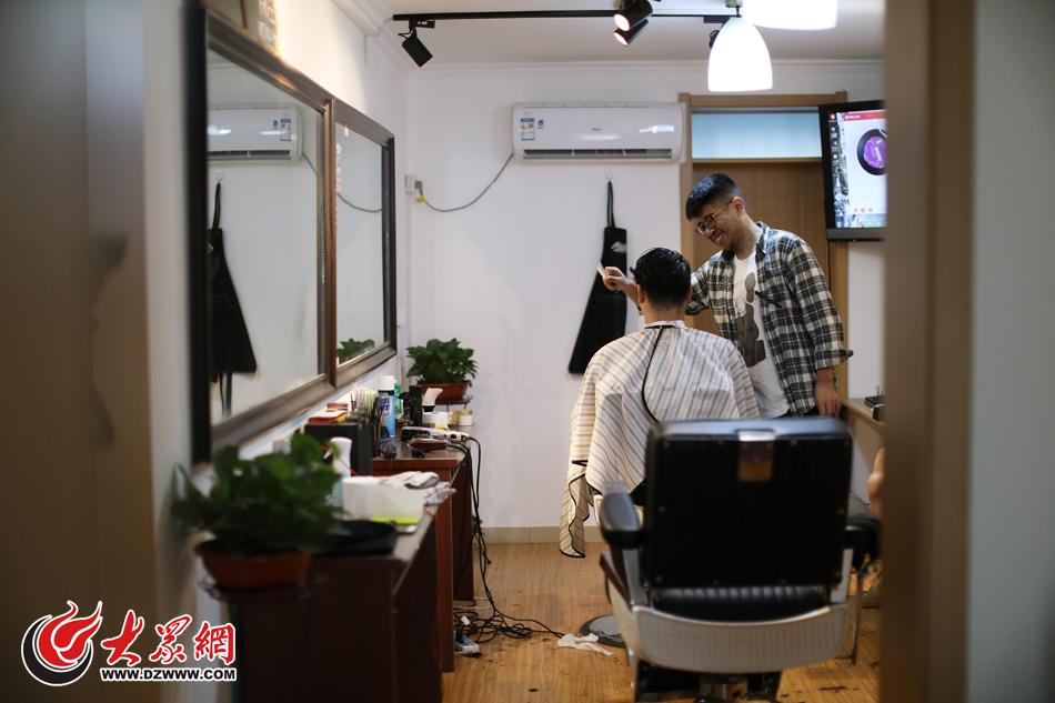 张晟源曾是一名年轻的火车司机,但现年仅25岁的他并不想就在沿着既定的轨道一直走下去,便在2016年选择了做自己更喜欢的事情――开一间复古理发店。