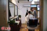 张晟源曾是一名年轻的火车司机,但现年仅25岁的他并不想就在沿着既定的轨道一直走下去,便在2016年选择了做自己更喜欢的事情——开一间复古理发店。