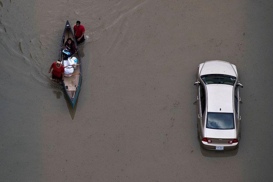 """当地时间2017年8月31日,美国德克萨斯州,飓风""""哈维""""的影响仍在持续。""""哈维""""带来的灾难远远强于2005年的""""卡特里娜""""和2012年的""""桑迪"""",预计超过4.8万座房屋损毁,目前至少有31人死亡、超过3万人无家可归。"""