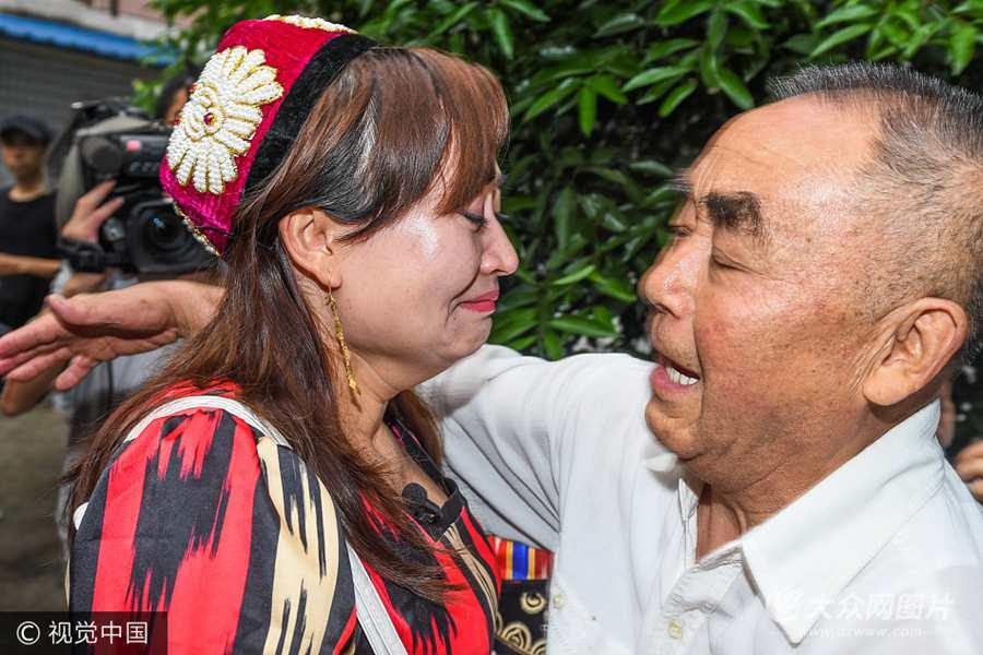 """2017年8月31日,四川省成都市,19年后父女俩相拥的瞬间,被这份并非血缘关系的亲情,交织着泪水与撕裂般的哭声一起迸发出来。""""爸爸女儿回来啦!"""""""
