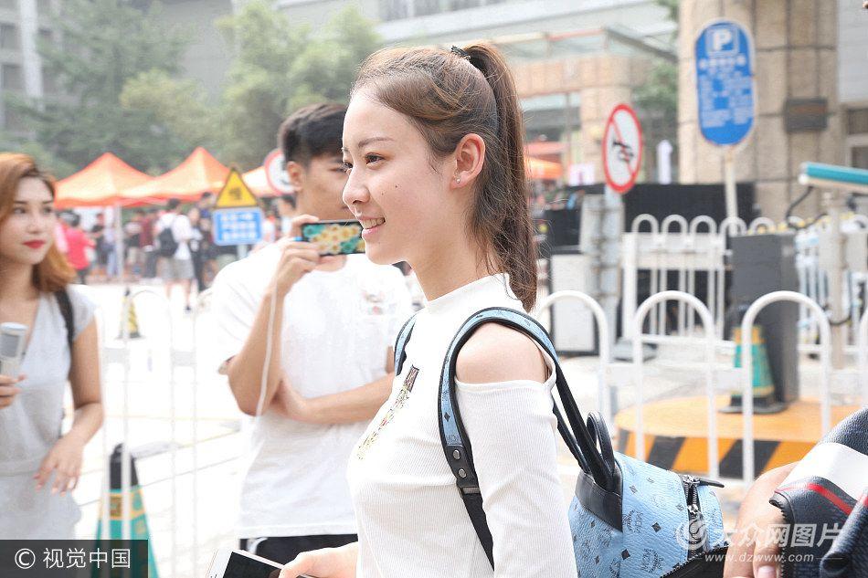 2017年9月2日讯,北京,2017年北影新生报到,高颜值美女集结养眼吸睛,明星范儿十足。
