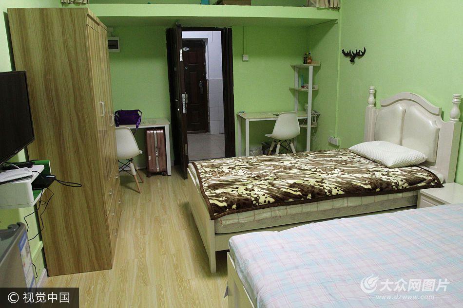 """2017年9月3日,武汉生物工程学院新生报到的第一天,新生入住的""""清新田园风""""二人间女生宿舍。"""