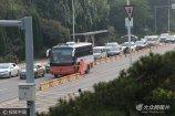 """2017年9月3日,山东济南首台能自动设置潮汐车道的拉链车和它的水马隔离墩""""搭档""""在旅游路上工作。"""