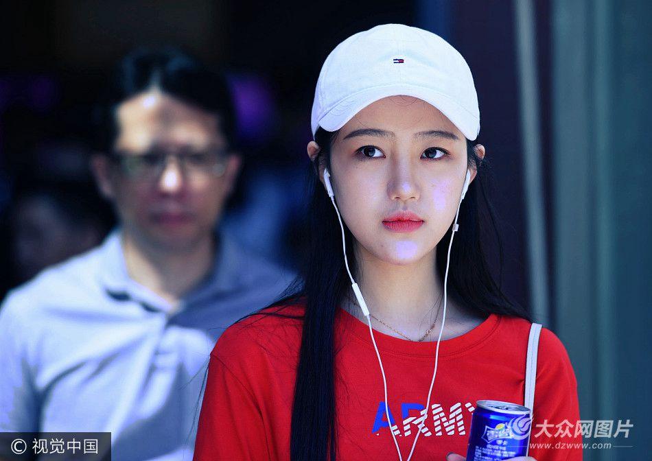 2017年9月13日,上海戏剧学院2017级新生报到,校内俊男靓女云集,颜值爆表。