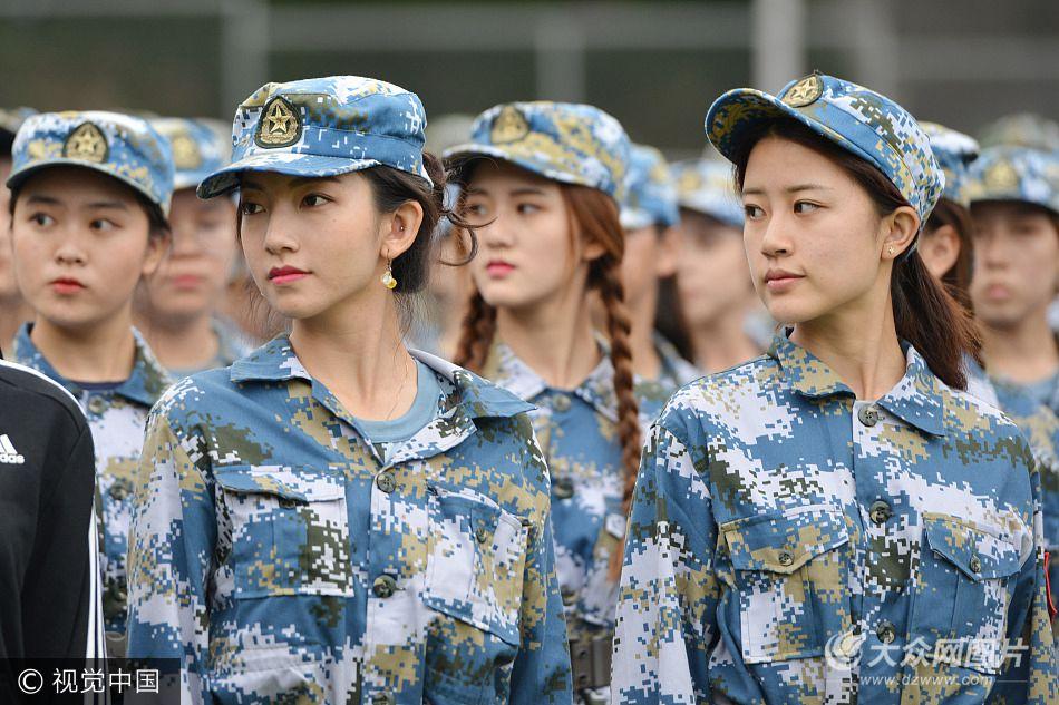 2017年9月27日,南京艺术学院2017级新生正在进行军训,褪去红妆的姑娘们穿上军装军训仍不忘化妆,青春靓丽随处可见高颜值,一颦一笑都颇有几分明星范儿。