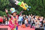 """小丑是舞台上常见的喜剧演员之一,这些古怪、搞笑的装束给观众带来欢笑。10月8日,河南开封中国翰园里面的80后""""小丑""""引起了游客的注意。"""