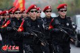 07、徒步行军中的女子特警队员。(亓翔 摄)