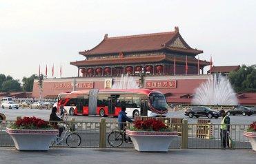 """""""中国红""""新能源公交跑上北京长安街.jpg"""