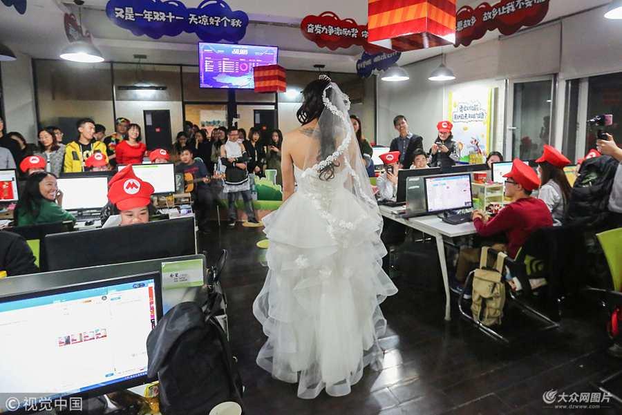 """2017年11月10日晚,青岛。某电商创业团队,主要代理家电的""""天猫""""旗舰店销售工作。今年""""双十一""""他们将办公室装扮成""""超级玛丽"""",为了鼓舞员工士气,CEO张帅身穿婚纱到场助威。"""