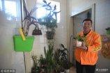 在沈阳大东区七二四附近,有一座如花园般的公厕,成为众多公厕中的靓点,其实这个公厕本身没有什么特别之处,而是保洁员将其装点成了花园,如厕者进来如步入花园一般。