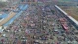 2018年2月8日,山东滨州。农历小年,摄影师航拍了这组照片,展现从空中俯瞰年货摊位的样子。