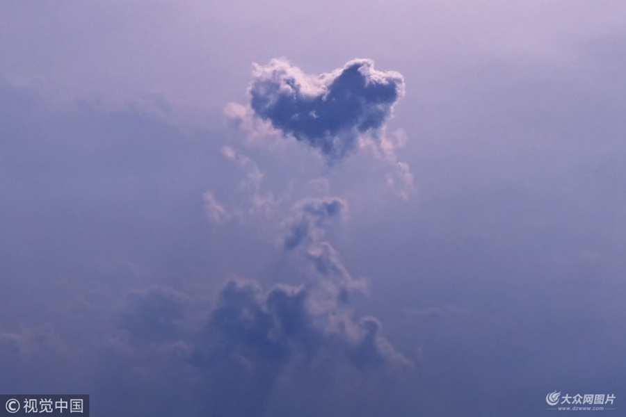 2018年2月19日讯,印度,43岁的摄影师Nazim Shaikh在乘飞机瓦拉纳西到德里的途中捕捉到这一组有爱的画面,一朵云层以几乎完美的心形出现在天空中,连摄影师自己都称这简直难以置信。