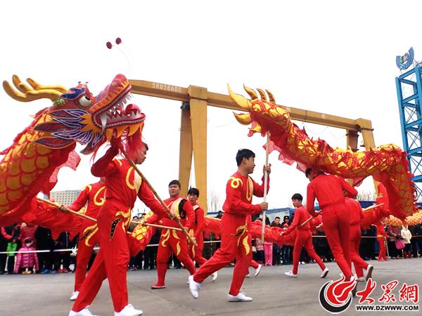 2、舞龙俗称玩龙灯,是一种中国民族传统民俗文化活动之一。每逢喜庆节日,人们都会舞龙。(大众网记者 张玛睿 摄).png