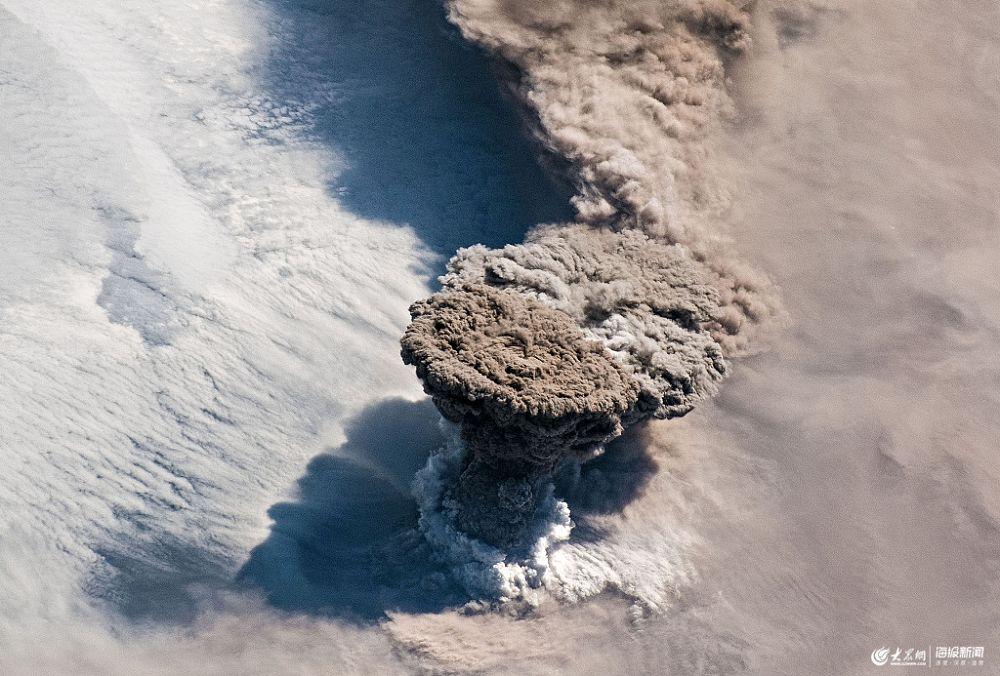 俄罗斯休眠火山剧烈喷发 太空清晰可见
