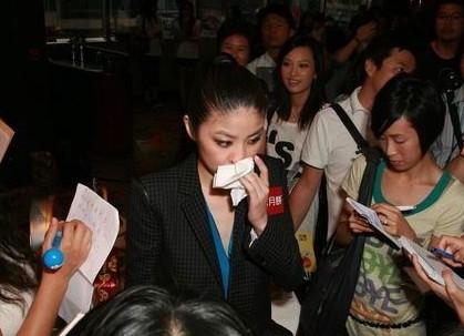 陈慧琳产子后正式复出 谈育儿当场落泪