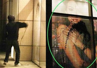 章子怡巨幅海报自家楼下被泼墨