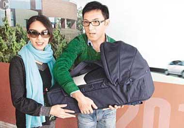 林文龙郭可盈与新生女儿一起出院