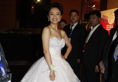 新娘罗海琼大方秀婚纱造型