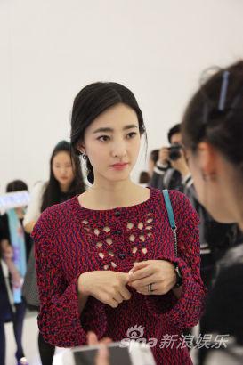 素颜女神王丽坤身穿品牌最新春夏系列高级成衣亮相