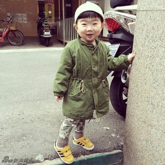 新浪娱乐讯 之前走红的韩国喜感小正太近日再曝一组萌图,小正太可爱