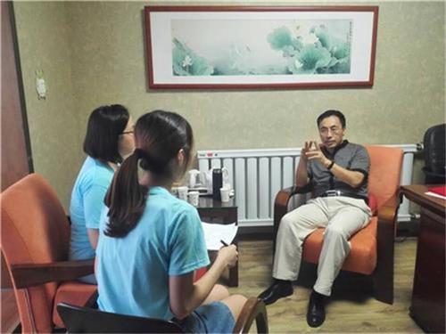 实践团成员地图采访孟刚高中地理海峡老师正在图片